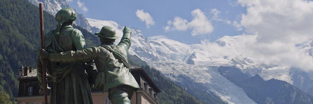 Statuen af Balmat og Saussure i centrum af Chamonix