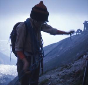 Lene står ved kanten af gletsjeren og kvejler reb af i det tiltagende mørke. Vi er lige kommet sikkert af gletsjeren og er meget lettede